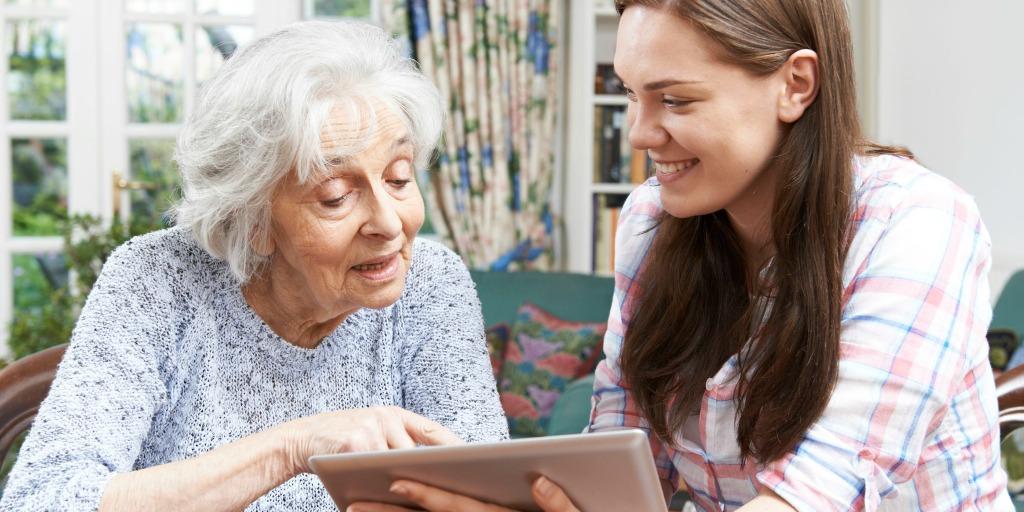 Oma en kleindochter gebruiken een tablet