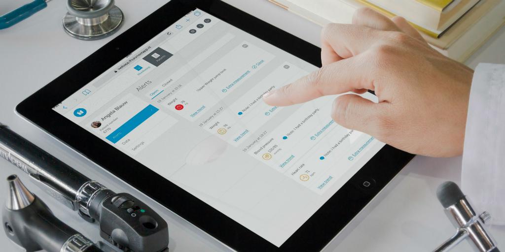 Arts bekijkt meetwaarden op een iPad