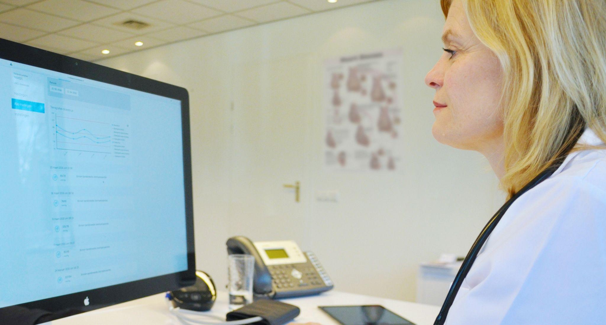 Een arts monitort meetwaarden als bloeddruk