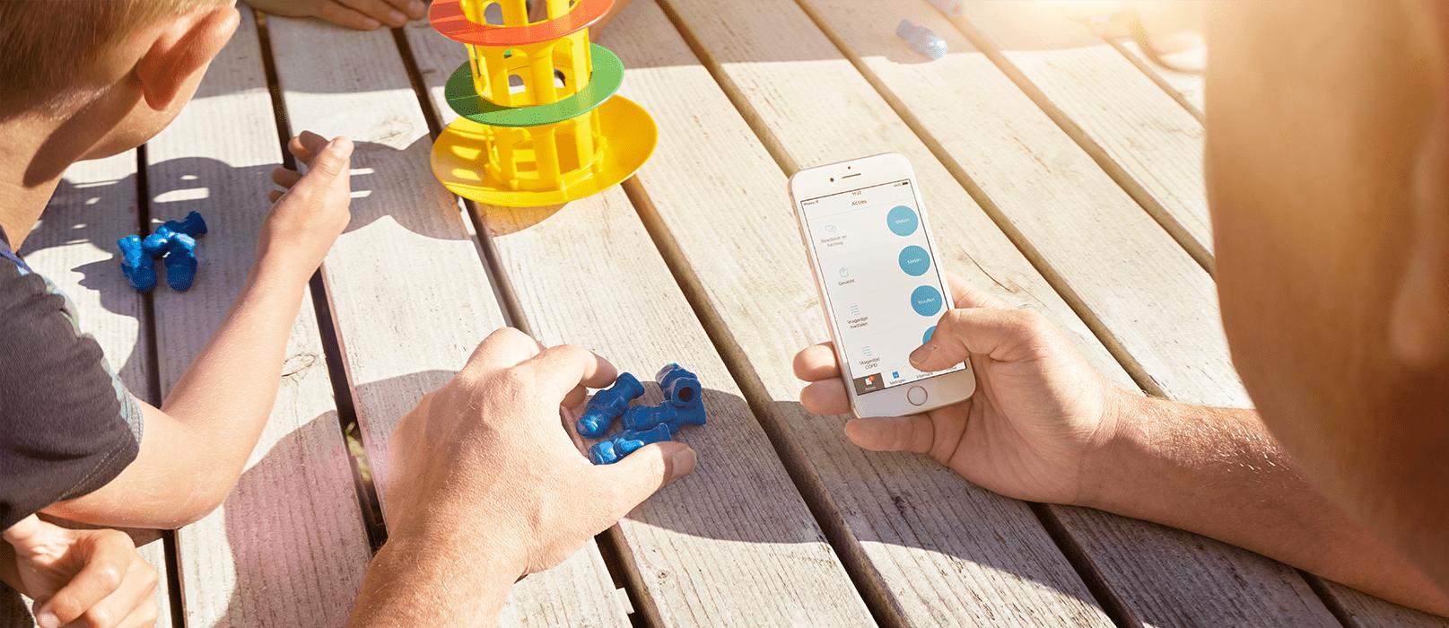 En patient overfører sine målinger til sin smartphone med henblik på fjernovervågning