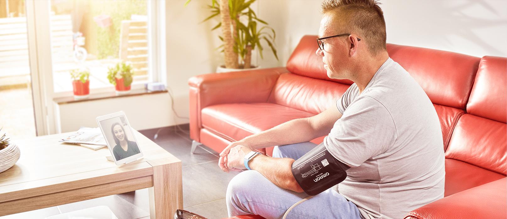 Klienten ringer videosamtal till sin vårdgivare via cContact och diskuterar blodtrycket