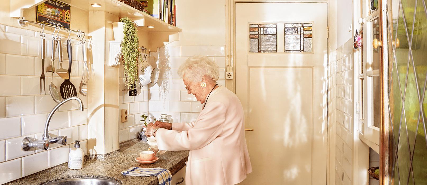 Mevrouw bezig in haar eigen keuken