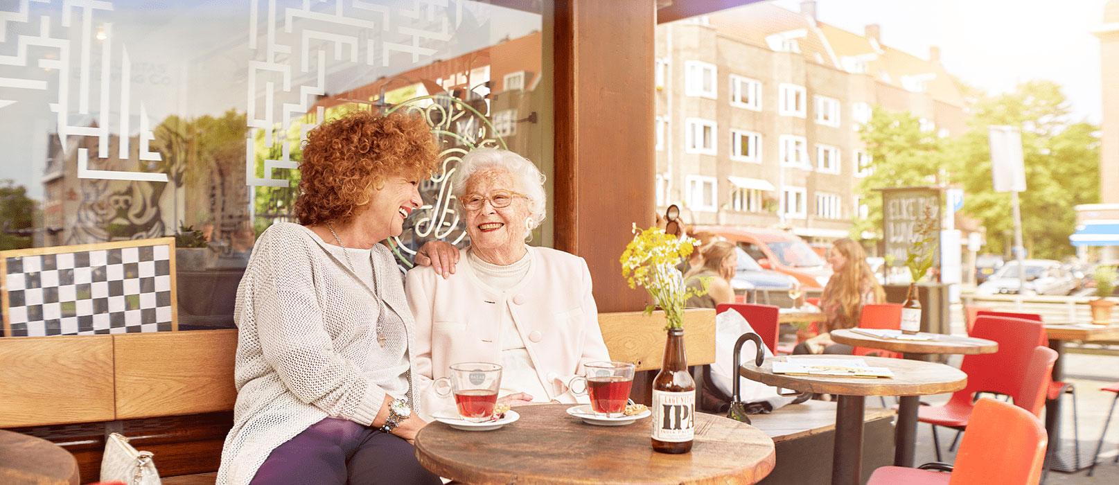 Moeder en dochter hebben plezier omdat moeder langer zelfstandig thuis kan blijven