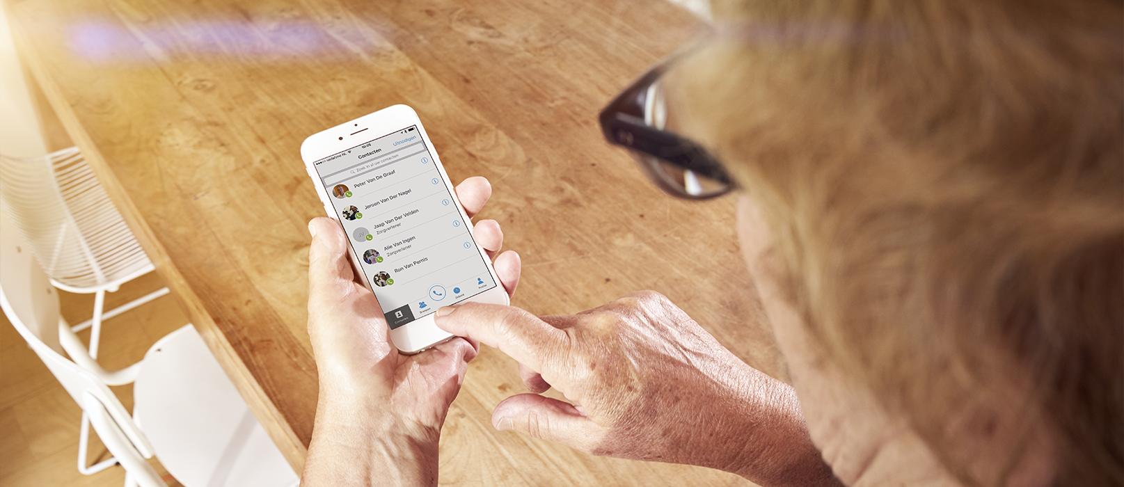 Vrouw gebruikt cContact op haar smartphone