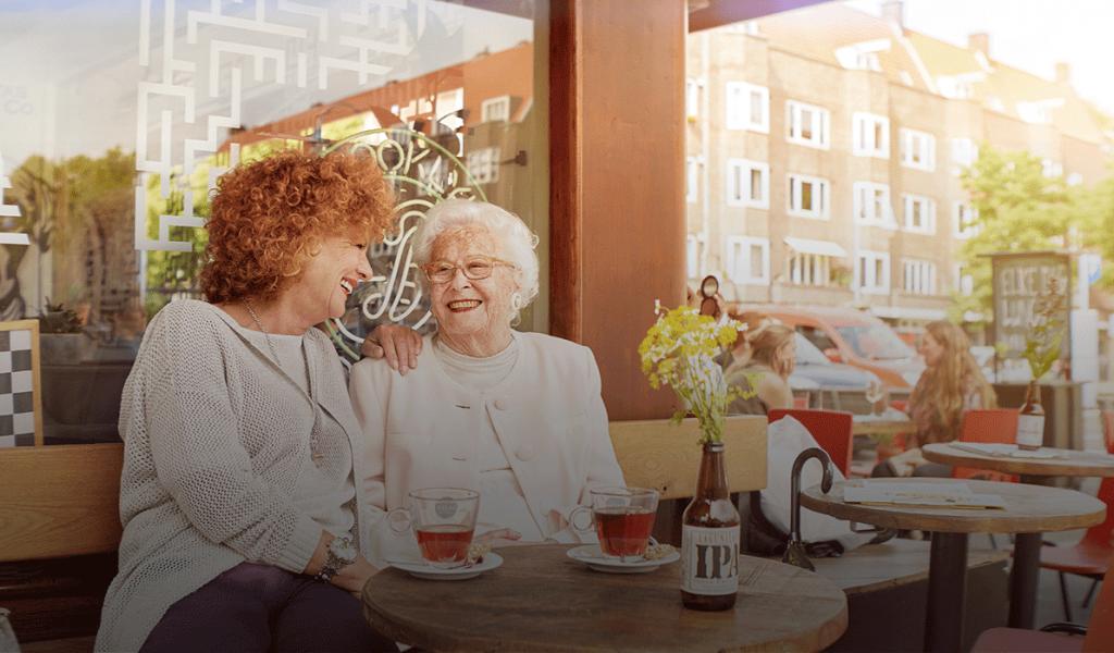 Moeder en dochter hebben plezier omdat moeder langer zelfstandig thuis  kan blijven wonen