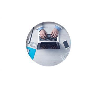 Een arts gebruikt laptop