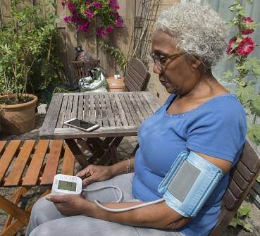 Patient meet bloeddruk via hartwacht